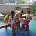 Enfants et animatrices au kid's club